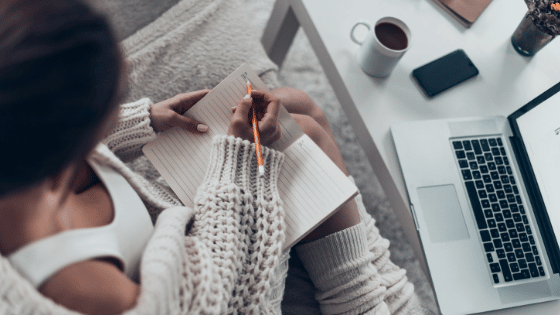 comment rédiger un article optimisé en seo ? Femme qui écrit ambiance cosy
